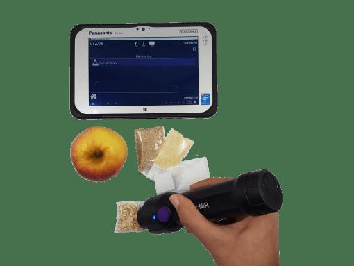 une main mesure directement sur des céréales avec le micronir et sa tablette