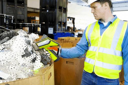 Un homme tient l'analyseur avec des gants